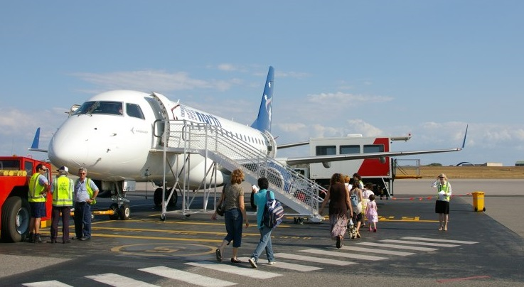 Airnorth Embraer 170 VH-ANO at Darwin, NT  in 2007 (Credit: Bidgee CC BY 3.0)