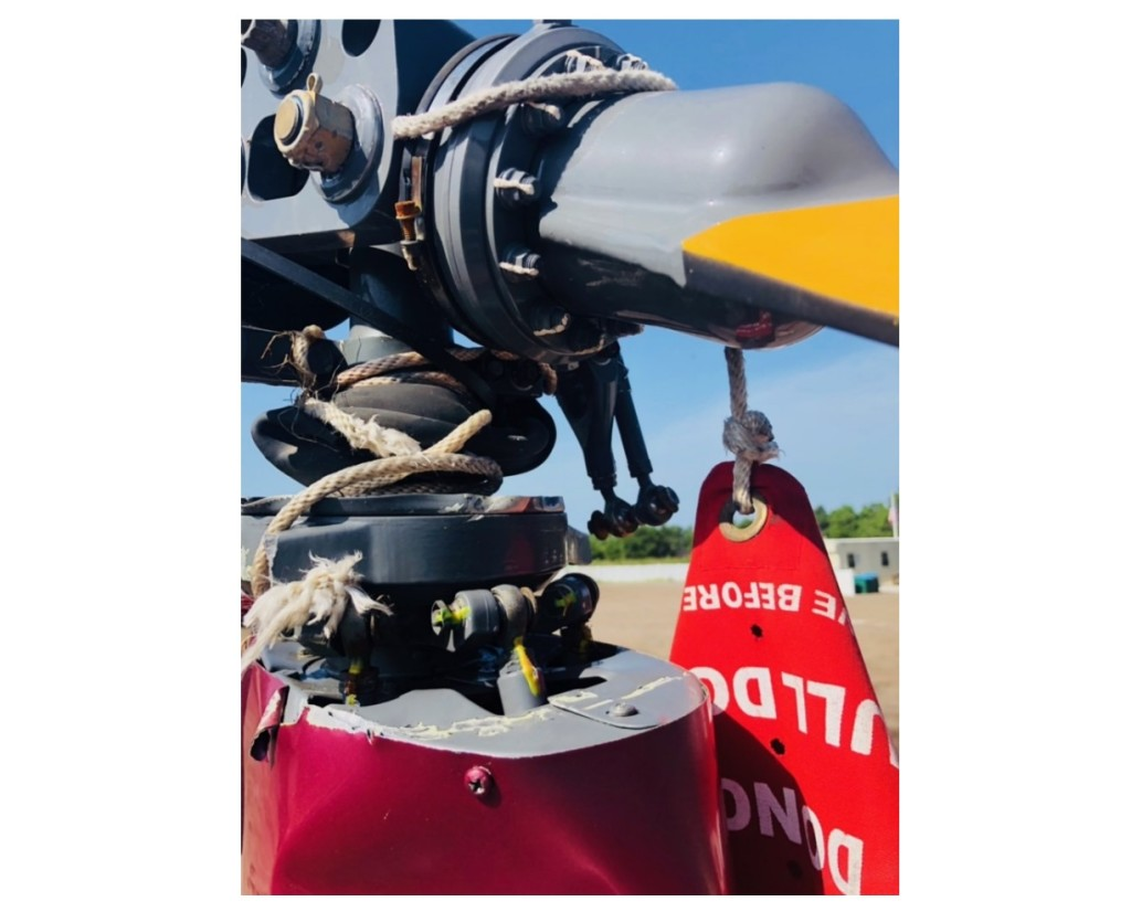 Tie Down and 'Remove Before Flight' Streamer Wrapped Around R22 N923SM Main Rotor Head (Credit: NTSB)