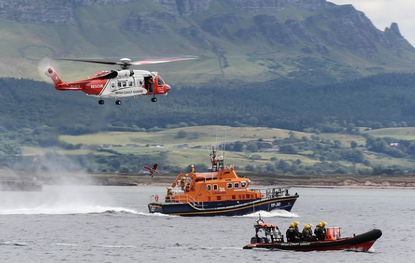 Irish Coast Guard (IRCG) '/ CHC Ireland (CHCI) Sikorsky S-92A EI-ICG Exercising with an IRCG RIB and an RNLI Severn-class Lifeboat (Credit: J Crawford - CC BY 2.0)