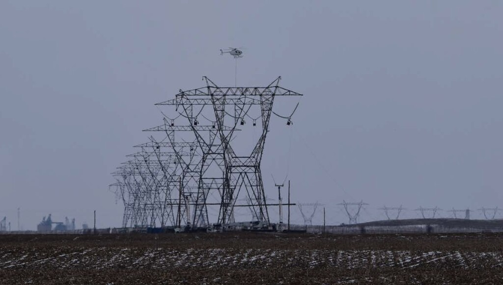 Rogers Helicopters MD 530F (369FF) N530KD Undertaking Stringing of Powerlines near Chalmers, Indiana (Credit: via NTSB)